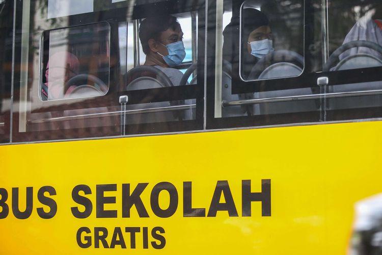 Pasien positif Covid-19 orang tanpa gejala (OTG) berada di bus sekolah di Puskesmas Kecamatan Tanah Abang, Jakarta Pusat, Jumat (25/9/2020). Total sebanyak 21 Pasien positif Covid-19 orang tanpa gejala (OTG) yang dipindahkan ke Rumah Sakit Darurat Wisma Atlet untuk di karantina.