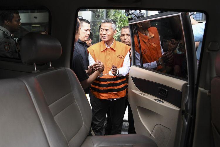 Komisioner KPU Wahyu Setiawan bersiap menaiki mobil tahanan seusai diperiksa di gedung KPK, Jakarta, Rabu (15/1/2020). Dewan Kehormatan Penyelenggara Pemilu (DKPP) menggelar sidang dugaan pelanggaran kode etik terhadap Komisioner KPU Wahyu Setiawan di Rumah tahanan KPK setelah tersangkut kasus penerimaan suap terkait penetapan pergantian antar waktu anggota DPR RI.