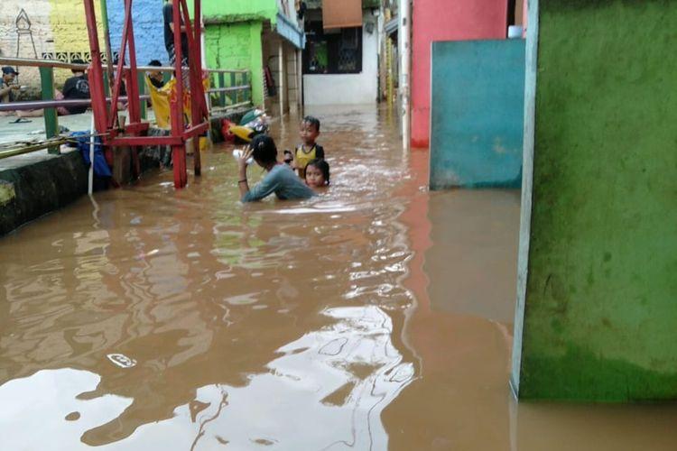 Banjir yang menggenangi kawasan Pondok Pinang, Jakarta Selatan, pada Senin (17/5/2021)