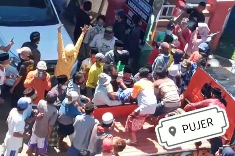 Warga Desa Mangli Kecamatan Pujer saat mengambil paksa jenazah Covid-19 di Puskesmas