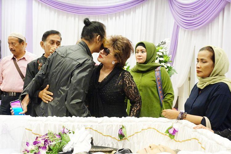 Adik kandung Mus Mulyadi, Mus Mujiono tampak terpukul saat mendatangi Rumah Duka Dharmais, Jakarta Barat, Kamis (11/4/2019).