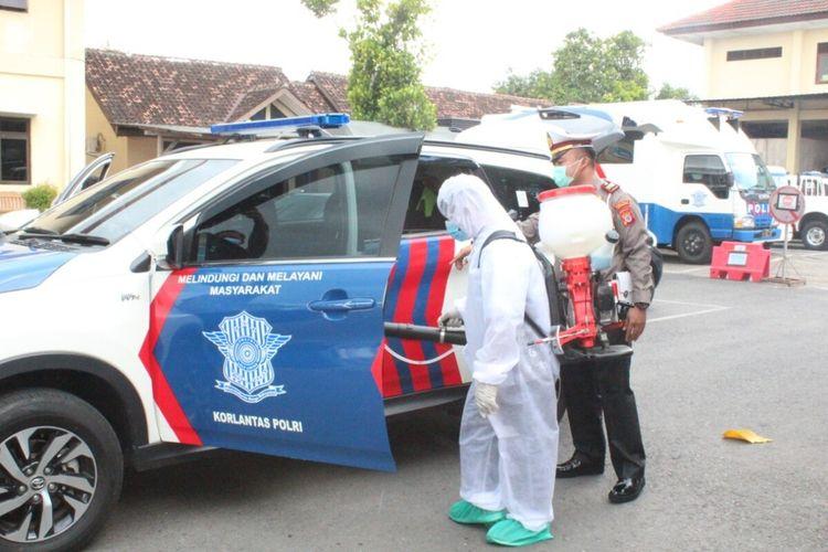 Petugas Dinas Kesehatan Menyemprotkan Disinfektan ke Mobil Polres Gunungkidul Selasa (17/3/2020)