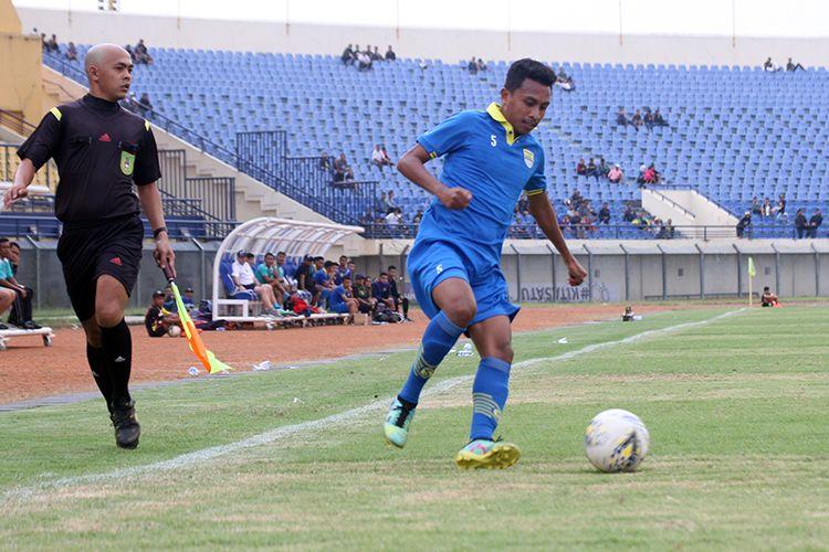 Pemain Persib Bandung, Syafril Lestaluhu, saat tampil dalam uji tanding dengan Bandung Blitar United, di Stadion Si Jalak Harupat, Kabupaten Bandung, beberapa waktu lalu.