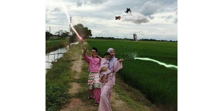 Foto unik sebuah keluarga di Malaysia saat Lebaran viral. Foto ini mengambil tema berbeda setiap tahunnya. Ini foto pada Lebaran 2017 dengan tema Harry Potter.