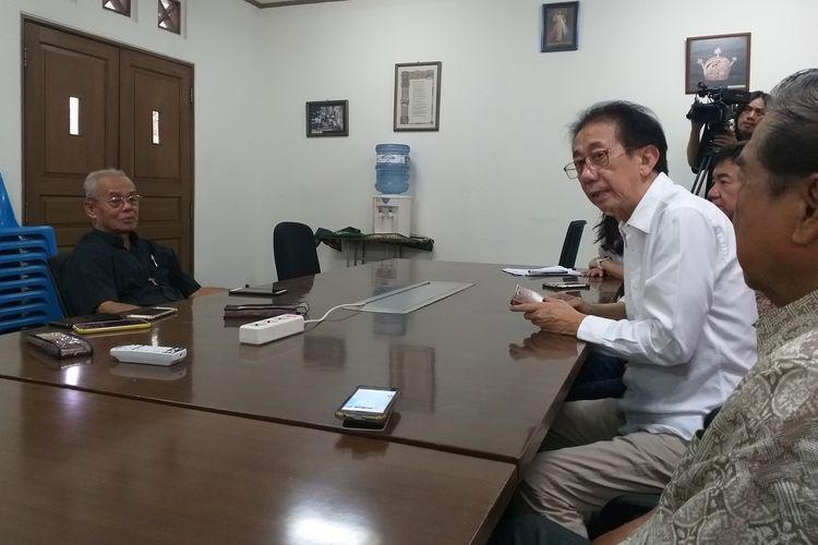 Direktur Utama PT Hotel Candi Baru (Hotel Tentrem) Irwan Hidayat (kemeja putih) berdialog dengan Uskup Keuskupan Agats Asmat Mgr. Aloysius Murwito (kemeja hitam) di Panti Asuhan Vincentius Putra, Kramat Raya, Jakarta, Jumat (1/11/2019).