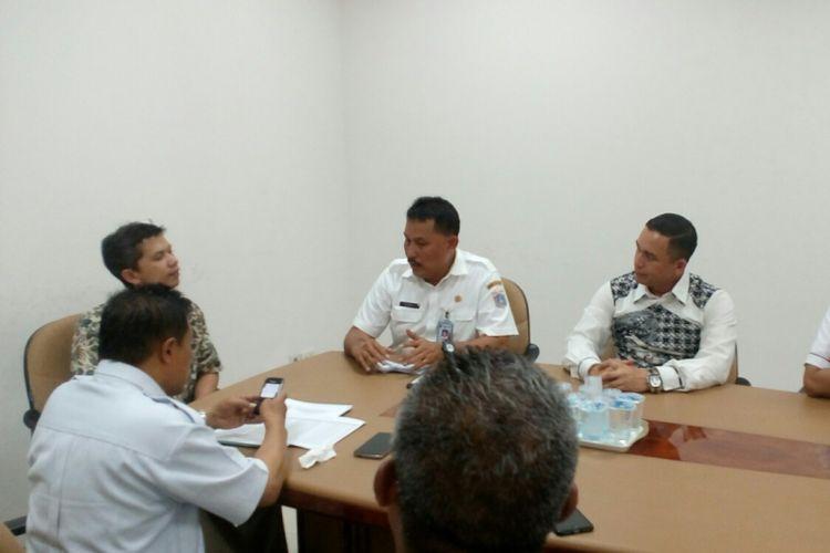 Tim gabungan dari Kepolisian, BPRD, Jasa Raharja dan Bank DKI mengadakan operasi pajak kendaraan secara door to door di wilayah Jakarta Barat, Rabu (23/8/2017).