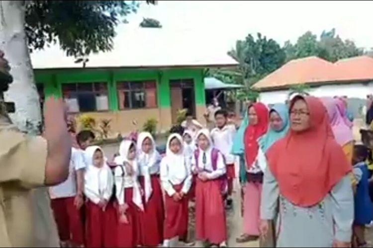 Ibu-ibu dan anaknya berunjuk rasa menuntut agar sekolah anaknya tidak diliburkan