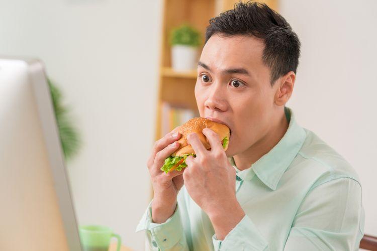 Ilustrasi makan sambil bekerja