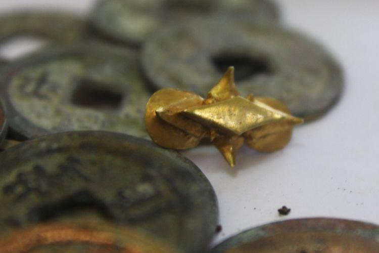 Emas dengan bentuk delapan penjuru mata angin dan kepingan koin yang ditemukan oleh Muhammad Arifin di lokasi pembangunan Tol Pandaan-Malang seksi 5 kilometer ke-37 Desa Sekarpuro, Kecamatan Pakis, Kabupaten Malang, Minggu (10/3/2019)