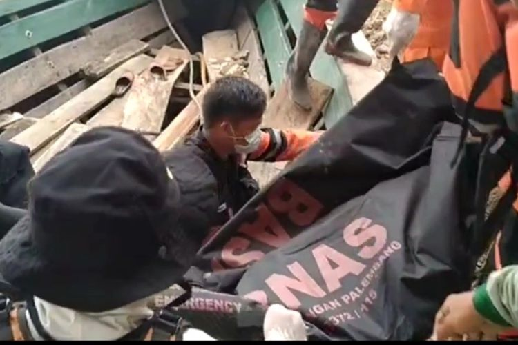 Jasad Saidi (38) warga Lampung yang bekerja dalam pembangunan jembatan Tanjung Raja Ogan Ilir Sumatera Selatan dievakuasi setelah hilang selama dua hari pasca terjatuh saat tengah bekerja di atas jembatan.