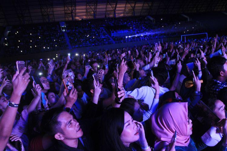 Konser Westlife yang berlangsung di stadion Glora Jakabaring Palembang, Sumatera Selatan dipadati ribuan fans, baik dari tanah air maupun mancanegara. Dalam konser tersebut, sebanyak 18 lagu dimainkan oleh group musik asal Inggris tersebut,Minggu (18/8/2019).