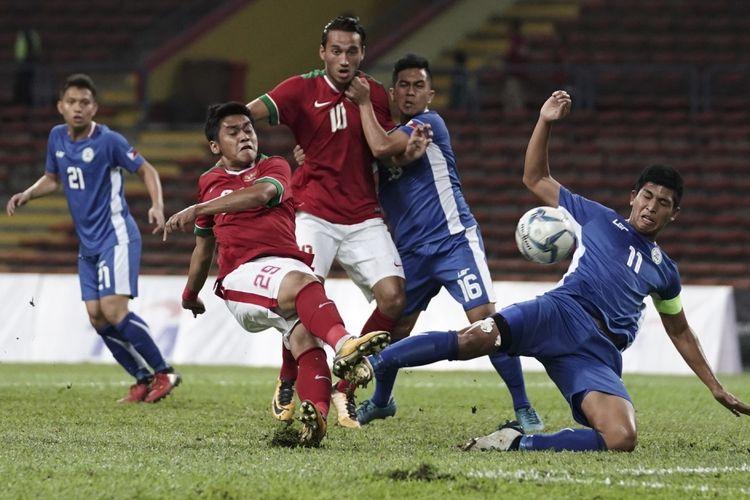 Pesepak bola Timnas U-22 Septian David Maulana (kedua kiri) dihadang pesepak bola Filipina U-22 Julian Mariano berusaha melepas tendangan pada babak penyisihan grup B SEA Games XXIX di Stadion Shah Alam, Selangor, Malaysia, Kamis (17/8/2017).