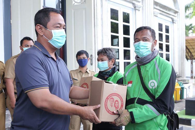 Wali Kota Semarang Hendrar Prihadi secara simbolis memberikan sembako kepada pengemudi ojek daring, Senin (6/4/2020).