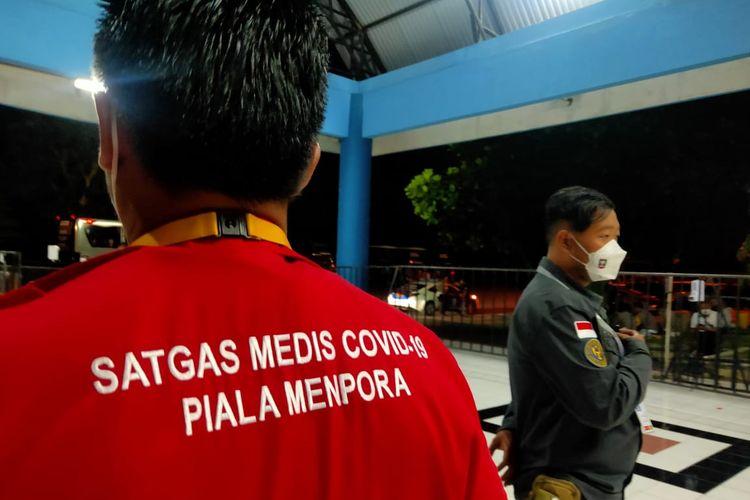 Para petugas yang berjaga untuk memastikan penerapan protokol kesehatan jelang laga leg pertama final Piala Menpora 2021 Persija Jakarta vs Persib Bandung di Stadion Maguwoharjo, Kamis (22/4/2021) petang.