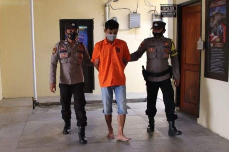 Pelaku penganiaya istri, R ditahan di Mapolsek Pringsewu Kota.