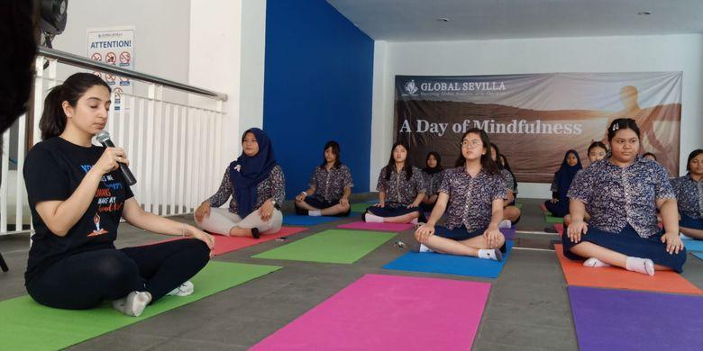 Kegiatan mindfulness yoga yang dilakukan siswa SMA dalam A Day of Mindfulness digelar serentak Global Sevilla School unit Puri Indah dan Pulomas, Jakarta (8/10/2019).
