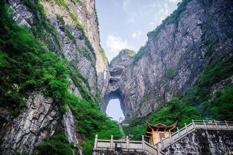 Ilustrasi China - Pemandangan di Gunung Tianmen, Zhangjiajie.