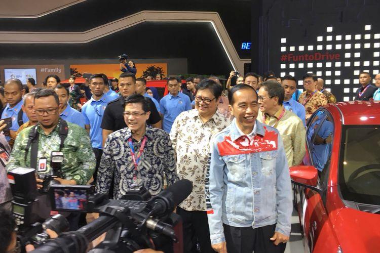 Presiden Joko Widodo membuka ajang IIMS 2018, di JIEXpo, Kemayoran, Jakarta Pusat, Kamis (19/4/2018), mampir ke stan Toyota Indonesia.
