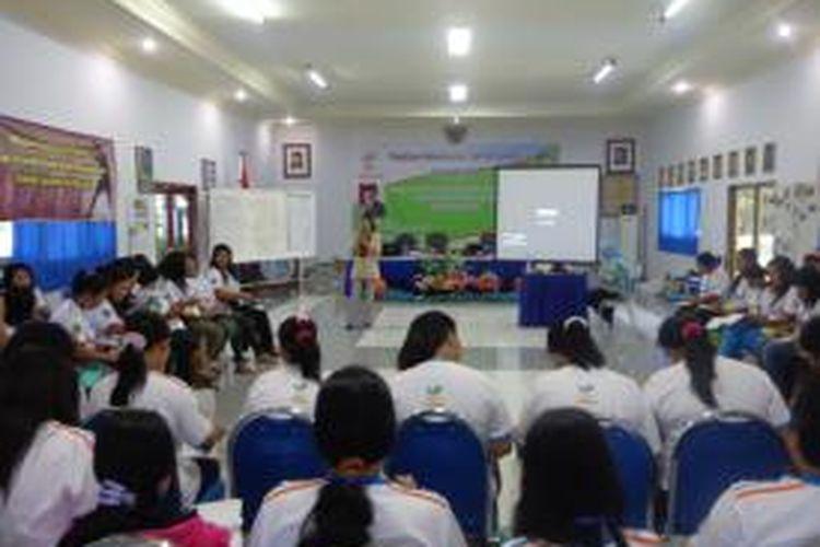 Sebanyak 52 mantan pekerja seks komersial (PSK) yang mengikuti pelatihan keterampilan dan wirausaha gelombang kedua di Banyuwangi, Kamis (29/8/2013).