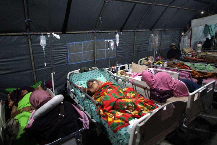 Pasien menjalani perawatan di tenda pengungsian yang berada di depan Rumah Sakit Umum Daerah Kota Mataram, Nusa Tenggara Barat, Senin (6/8/2018). Sebanyak 151 pasien rawat inap dan korban gempa menjalani perawatan di tenda dikarenakan kondisi RSUD Kota Mataram yang rusak akibat gempa.