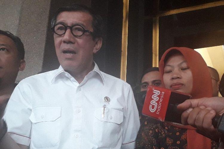Menteri Hukum dan HAM Yassona Laoly memberi keterangan kepada pers setelah bertemu dengan Baiq Nuril di Kantor Kemenkumham, Senin (8/7/2019).