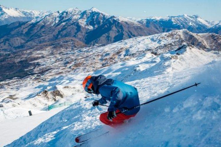 Bermain ski merupakan aktivitas yang lumrah dilakukan di Coronet Peak, Selandia Baru