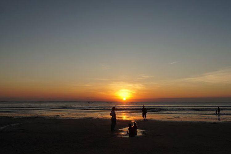 Menikmati matahari terbenam (sunset) di Pantai Kuta, Bali, Rabu (17/5/2017).