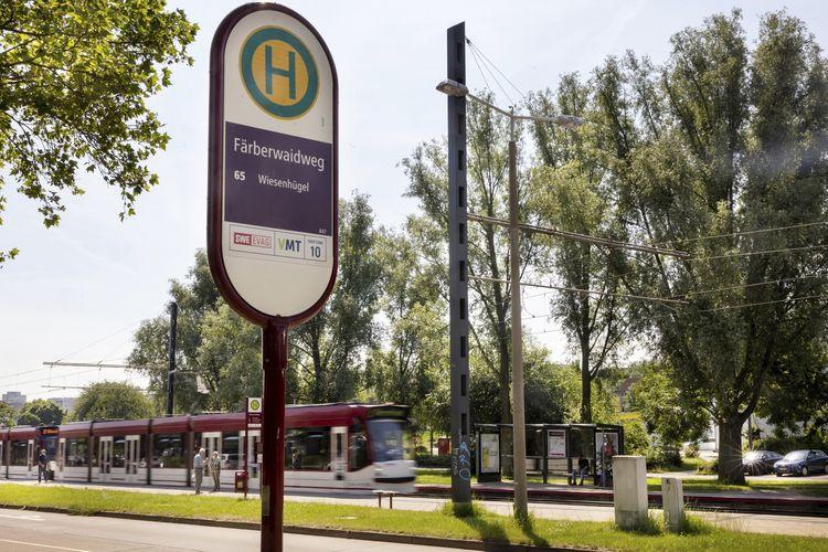 Sebuah trem tiba di stasiun Faerberwaidweg, kota Erfurt, Jerman, pada Senin (28/6/2021). Polisi mengatakan, seorang pria menusuk dua orang pejalan kaki di kota itu lalu kabur. Kedua korban masing-masing berusia 45 dan 68 tahun, dilarikan ke rumah sakit terdekat untuk mendapat perawatan.
