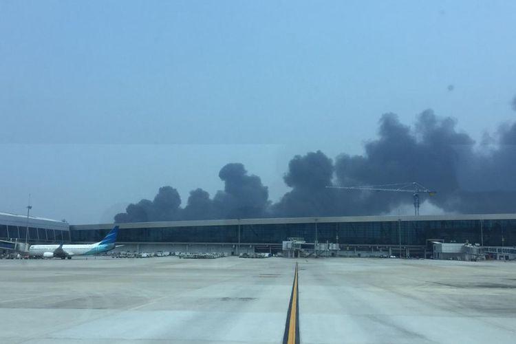 Foto dari netizen menunjukkan asap yang muncul di sekitar Bandara Soekarno-Hatta, Selasa (24/9/2019).