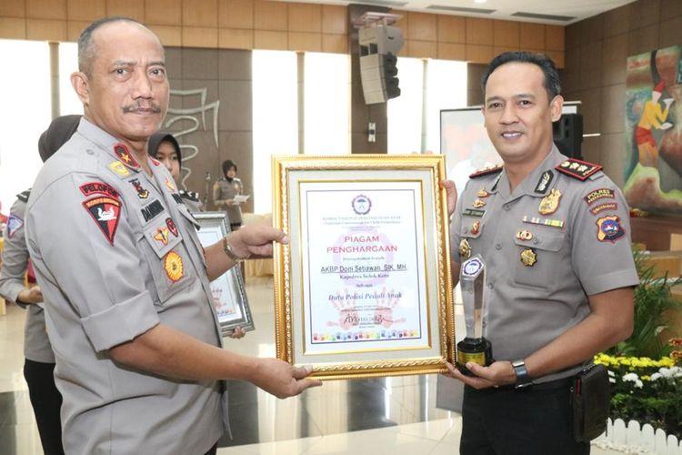 AKBP Dony Setiawan menerima penghargaan Duta Polisi Peduli Anak yang diserahkan Wakapolda Sumbar Brigjen Pol Damisnur