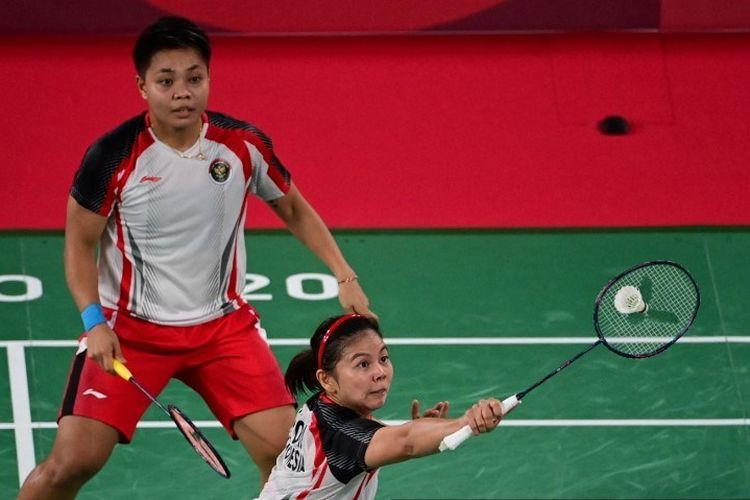 Ganda putri Indonesiam  Greysia Polii (kanan) dan Apriyani Rahayu melawan ganda putri asal China, Li Yinhui dan Du Yue, pada pertandingan perempat final cabang bulu tangkis Olimpiade 2020 di  di Musashino Forest Sports Plaza, Tokyo, Kamis (29/7/2021).