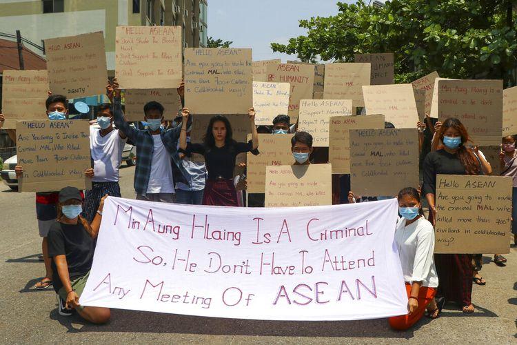 Pengunjuk rasa anti-kudeta memasang spanduk yang menyerukan perhatian pada pertemuan regional ASEAN selama unjuk rasa pada Selasa 20 April 2021 di Yangon, Myanmar.