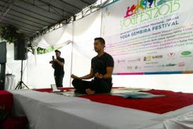 Aktor Anjasmara Prasetya menjadi guru yoga dalam acara Yoga Festival 2015 di Taman Menteng, Jakarta Pusat, Sabtu (25/4/2015).