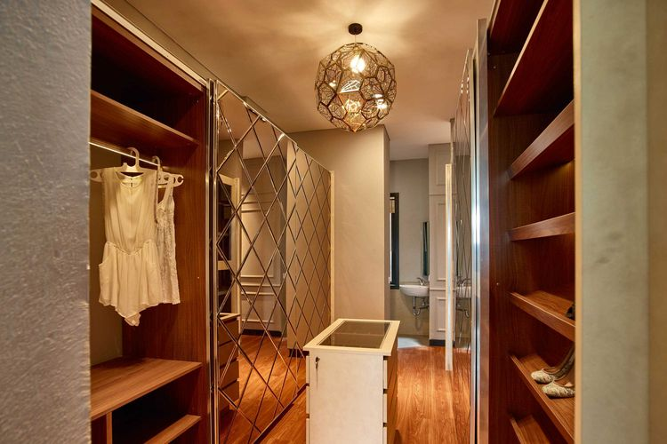 Walk-in closet yang bisa diakses dari kamar mandi, Budi Indah House karya Dinardithen Studio