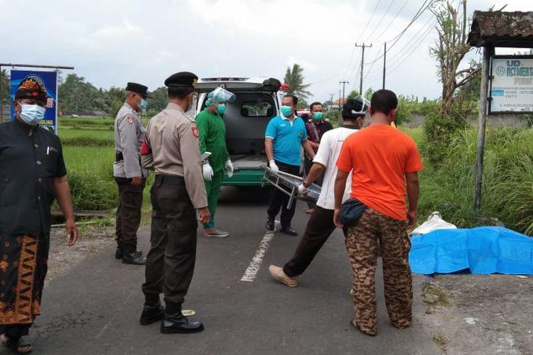 Petugas evakuasi korban lakalantas di di depan Warung Buk Sri, Jalan Umum Banjar/Desa Cau Belayu, Kecamatan Marga, Kabupaten Tabanan, Jumat (25/12/2020) siang.