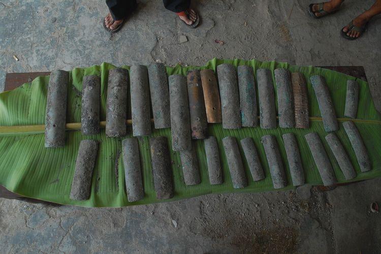 Warga menunjukkan penemuan instrumen gamelan kuno yang diduga peninggalan era Kerajaan Mataram Islam Abad 16 di Dusun Medang, Desa Banjarejo, Kecamatan Gabus, Kabupaten Grobogan, Jawa Tengah, Minggu (1/8/2021).