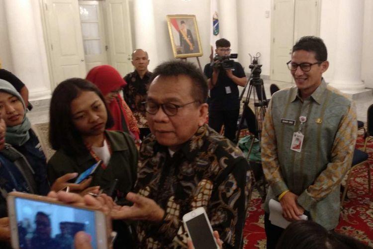 Wakil Gubernur DKI Jakarta Sandiaga Uno sedang mendengarkan Wakil Ketua DPRD DKI M Taufik diwawancara media di Balai Kota DKI Jakarta, Kamis (15/3/2018).