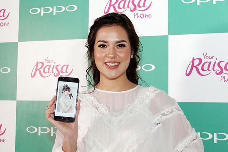 Penyanyi Jazz Raisa Andriana menunjukkan smartphone Oppo F1s edisi khusus berjuluk Your Raisa Phone.