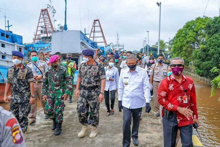 Menteri Kelautan dan Perikanan Edhy Prabowo melihat dua kapal berbendera Vietnam yang ditangkap di Laut Natuna Utara, pekan lalu. Kedua kapal tersebut kini berada di Stasiun Pengawasan Sumber Daya Kelautan dan Perikanan (PSDKP) Pontianak, Kalimantan Barat untuk proses lebih lanjut.