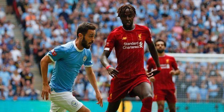 Penyerang Liverpool, Divock Origi, membayang-bayangi pemain Manchester City, Bernardo Silva, pada pertandingan Liverpool vs Man City dalam Community Shield 2019 di Stadion Wembley, 4 Agustus 2019.