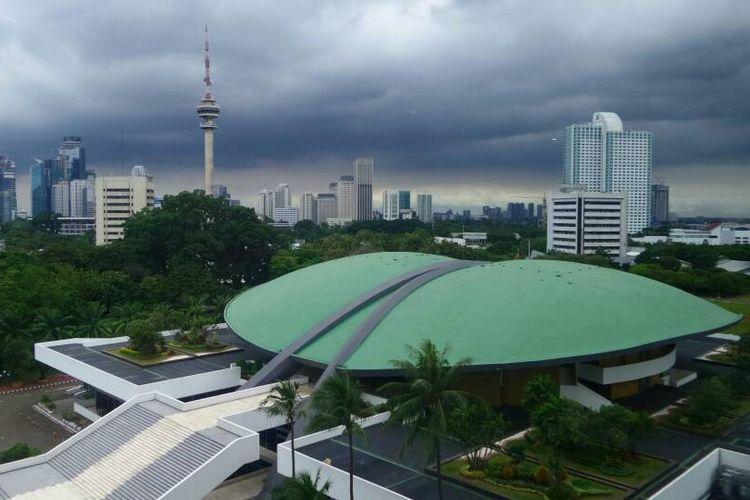 Pemandangan Kompleks DPR/MPR/DPD, di Senayan, Jakarta. Kawasan ini disebut sebagai model yang dibangun Soekarno dalam mengadopsi ruh keindonesian, khususnya dari betawi, terkait prinsip halaman dengan tanaman dan ruang air yang lebih luas dibandingkan bangunan.