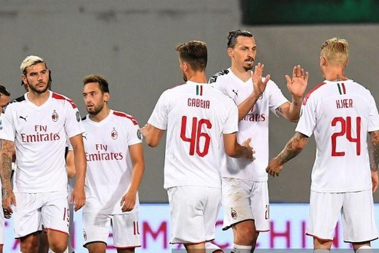 Zlatan Ibrahimovic merayakan gol bersama rekan-rekannya pada laga Sassuolo vs AC Milan di Stadion Mapei, Rabu (22/7/2020) dini hari WIB.