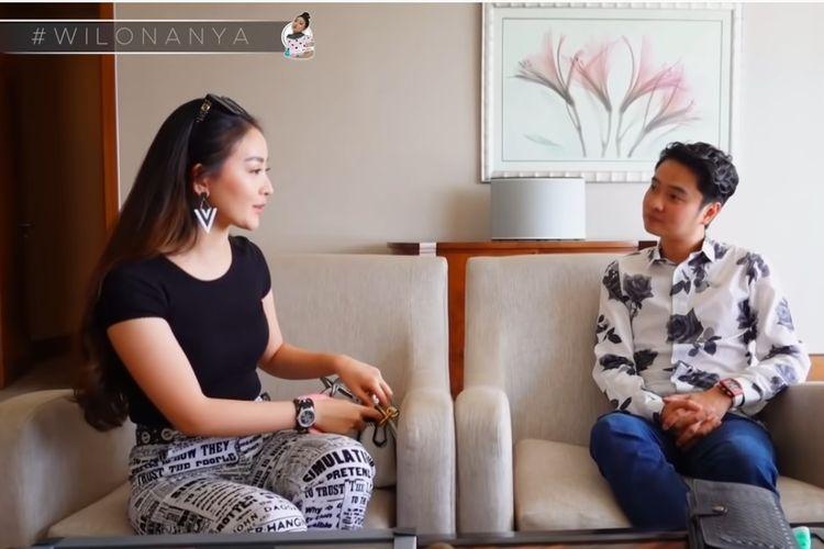 Artis peran Natasha Wilona (kiri) berbincang dengan sang Crazy Rich Surabaya, Melvin Tenggara.