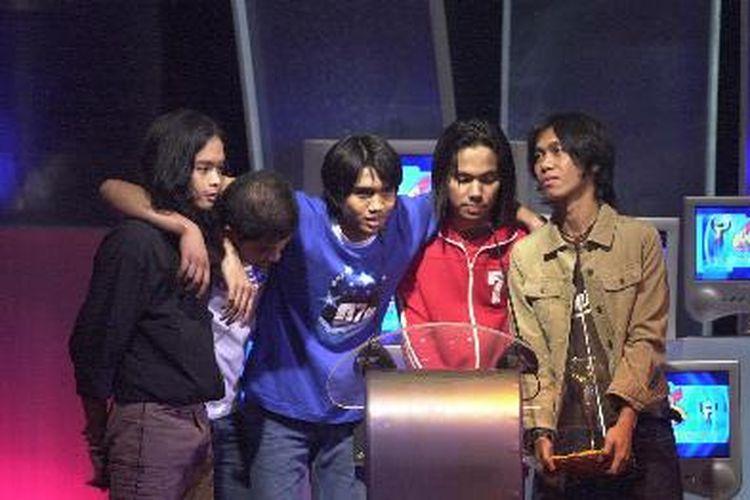 Grup musik pop asal Yogyakarta, Sheila on 7, memperoleh penghargaan Album Terbaik dengan album terakhir mereka 07 Des dalam acara AMI-Sharp Awards di Jakarta, Jumat (6/9/2002).