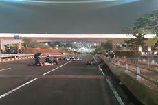 Sebagian Mahasiswa Peserta Demo Beristirahat di Ruas Tol Dalam Kota