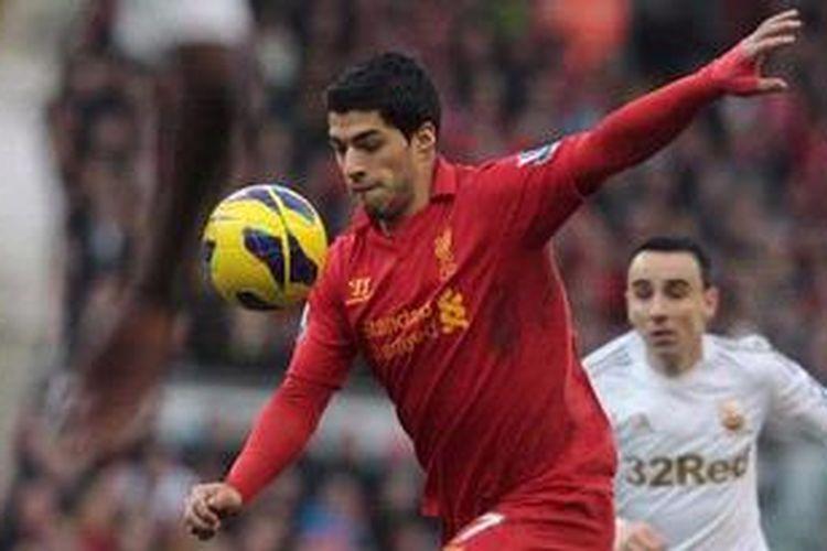 Striker Liverpool dari Uruguay, Luis Suarez, menguasai bola dalam laga Premier League melawan Swansea City di Stadion Anfield, Liverpool, Minggu (17/2/2013). Liverpool akhirnya menang 5-0.