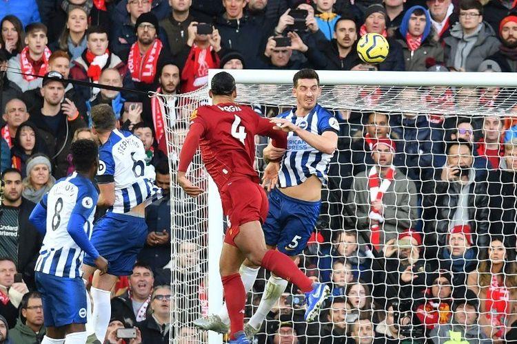Virgil van Dijk menyundul bola pada pertandingan Liverpool vs Brighton & Hove Albion dalam lanjutan Liga Inggris di Stadion Anfield, 30 November 2019.