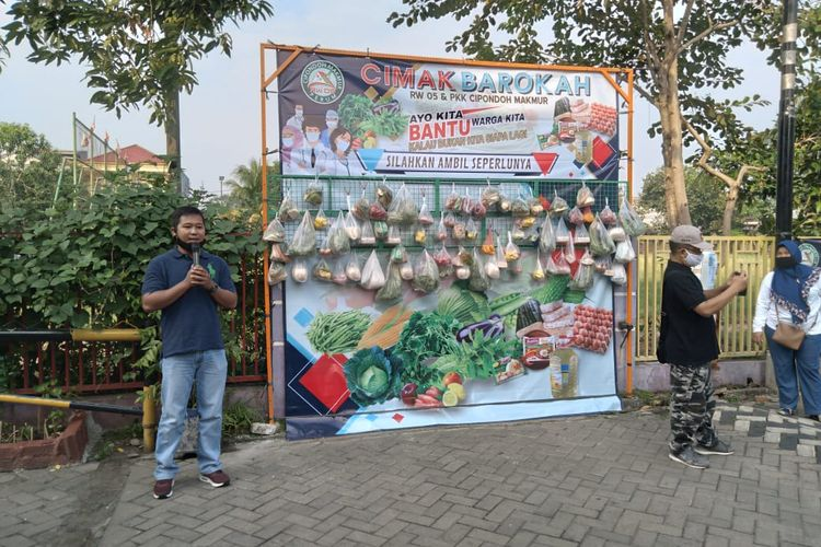 Stand bantuan sembako Cimak Barokah ambil seperlunya taruh semampunya di RW 05 Cipondoh Makmur Kota Tangerang