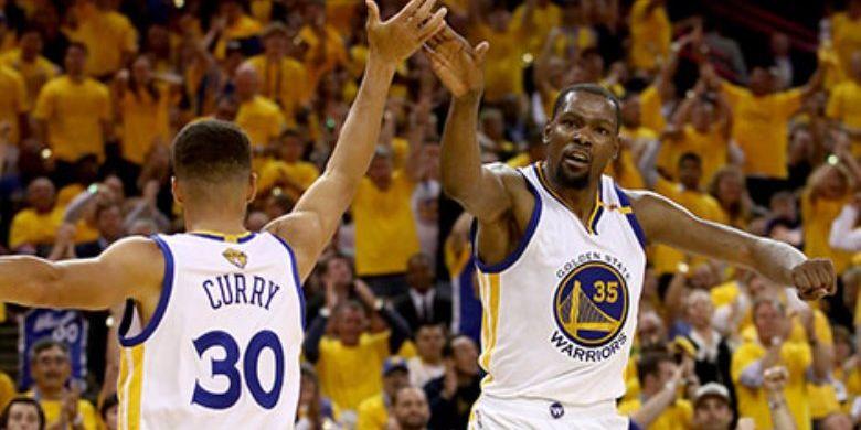 Dua bintang Golden State Warriors, Stephen Curry dan Kevin Durant