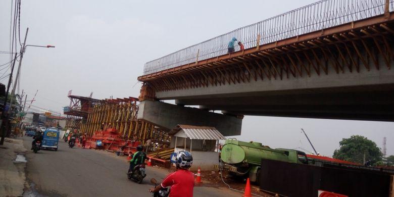 Kondisi terkini proyek pembangunan jembatan layang atau flyover di Cipinang Lontar, Jakarta Timur, Kamis (19/10/2017). Flyover Cipinang Lontar dibangun untuk menghilangkan pelintasan sebidang rel kereta yang menghubungkan Jalan Bekasi Raya dan Jalan Cipinang Jaya.